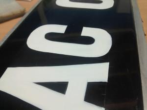 gros pla peinture des lettres et chiffres plaque minéralogique